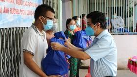 Đại biểu HĐND TPHCM trao tặng 10.000 phần quà đến công nhân, người lao động gặp khó khăn do dịch Covid-19