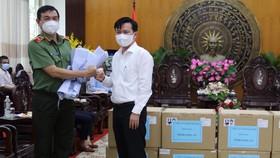 Công an TPHCM trao tặng 5 máy trợ thở và một số thiết bị y tế khác đến UBND tỉnh Long An. Ảnh: BÍCH HẠNH