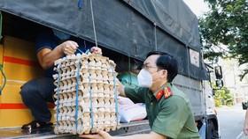 Bà con An Giang hỗ trợ 15 tấn nhu yếu phẩm cho cán bộ, chiến sĩ công an TPHCM
