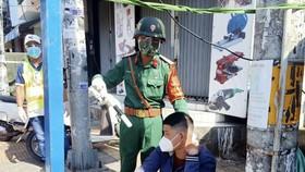 Chiến sĩ Trung đoàn Gia Định trực chốt kiểm soát bắt đối tượng tàng trữ ma tuý
