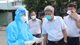 Thứ trưởng Bộ Y tế Nguyễn Trường Sơn kiểm tra công tác phòng, chống dịch Covid-19 tại huyện Bình Chánh