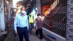 Đồng chí Nguyễn Hồ Hải đến hẻm tìm 319 Lạc Long Quân, quận 11 hiểu đời sống của người dân. Ảnh: CAO THĂNG