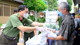 Lực lượng Công an TPHCM gõ cửa từng nhà bà con khó khăn trao nhu yếu phẩm