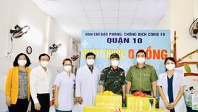 Giám đốc Công an TPHCM trao 1.000 phần thuốc điều trị cho F0 ở quận 10