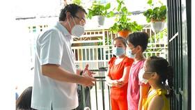 Bí thư Thành ủy TPHCM Nguyễn Văn Nên động viên các em mồ côi vượt qua khó khăn, học thật giỏi