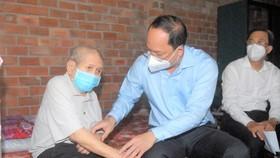 Lãnh đạo TPHCM thăm, tặng quà người cao tuổi