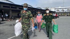 Bộ Tư lệnh TPHCM phối hợp đưa gần 500 người dân về các tỉnh miền Tây