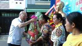 Đồng chí Phan Nguyễn Như Khuê, Trưởng Ban Tuyên giáo Thành ủy TPHCM, tặng quà các hộ dân có hoàn cảnh khó khăn của khu phố 5 phường Tân Sơn Nhì. Ảnh: ÁI CHÂN