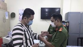 Bị can Ngô Minh Danh, đối tượng chủ mưu sản xuất, buôn bán găng tay y tế giả