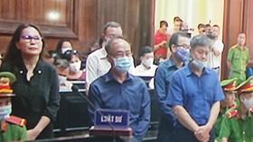 Các bị cáo nghe tòa công bố cáo trạng (ảnh chụp qua màn hình). Ảnh: DŨNG PHƯƠNG