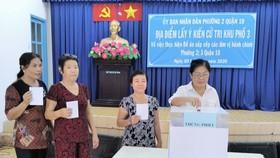 Cử tri bỏ phiếu cho ý kiến về sáp nhập đơn vị hành chính tại TPHCM