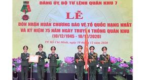 Quân khu 7 đón nhận Huân chương bảo vệ Tổ quốc hạng Nhất. Ảnh: VIỆT DŨNG