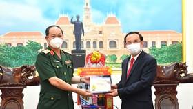 Bí thư Thành ủy TPHCM Nguyễn Văn Nên chúc tết Bộ Tư lệnh TP. Ảnh: VIỆT DŨNG