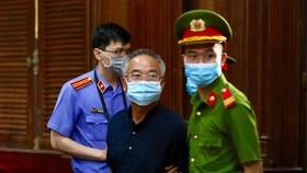 Ông Nguyễn Thành Tài được đưa vào phòng xử án