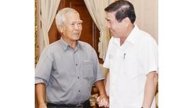 Chủ tịch UBNDTPHCM Nguyễn Thành Phong tiếp ông Nguyễn Xuân Lê.Ảnh:Việt Dũng
