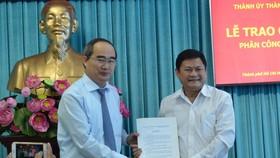 Bí thư Thành ủy TPHCM Nguyễn Thiện Nhân trao quyết định cho đồng chí Huỳnh Cách Mạng. Ảnh: VIỆT DŨNG