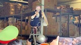 Người dân ngồi trên ghế, xích mình vào cột và lăm lăm dao trên tay để tạo áp lực với đoàn cưỡng chế