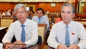 Ông Võ Văn Hoan (trái) và ông Ngô Minh Châu tại kỳ họp sáng nay, ngày 11-5. Ảnh: VIỆT DŨNG