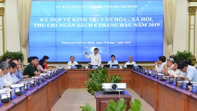Cuộc họp đánh giá tình hình kinh tế - xã hội 6 tháng đầu năm và nhiệm vụ 6 tháng cuối năm do UBND TPHCM tổ chức. Ảnh: VIỆT DŨNG