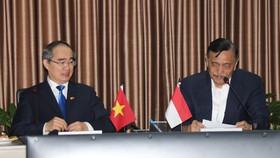 Bí thư Thành ủy TPHCM Nguyễn Thiện Nhân trao đổi cùng ông Luhut Binsar Pandjatan, Bộ trưởng Bộ Điều phối Hàng hải Indonesia. Ảnh: KIỀU PHONG