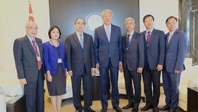 Đoàn đại biểu cấp cao TPHCM cùng Bộ trưởng cấp cao, Bộ trưởng Điều phối an ninh quốc gia Singapore Tiêu Chí Hiền. Ảnh: KIỀU PHONG