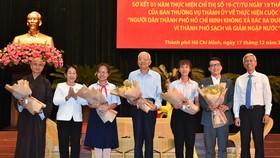 Phó Bí thư Thành ủy TPHCM Võ Thị Dung và Phó Chủ tịch UBND TPHCM Võ Văn Hoan tặng hoa cho các cá nhân được tuyên dương. Ảnh: VIỆT DŨNG