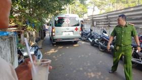 Xe cứu thương đưa thi thể các nạn nhân đi khám nghiệm