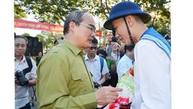 Đồng chí Nguyễn Thiện Nhân, Ủy viên Bộ chính trị, Bí thư Thành ủy TPHCM động viên các tân binh. Ảnh: VIỆT DŨNG