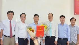 Đồng chí Phạm Kiều Hưng (đứng giữa, ôm hoa) được Ban Thường vụ Thành ủy TPHCM chỉ định tham gia Ban Chấp hành, Ban Thường vụ Đảng ủy Sở Y tế. Ảnh: NAM NGUYỄN