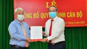 Bí thư Thành ủy TPHCM Nguyễn Thiện Nhân trao quyết định cho đồng chí Võ Khắc Thái. Ảnh: VIỆT DŨNG