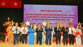 Bí thư Thành ủy Nguyễn Thiện Nhân và Chủ tịch UBND TPHCM Nguyễn Thành Phong tuyên dương các tập thể và cá nhân thực hiện tốt học tập và làm theo tư tưởng, đạo đức, phong cách Hồ Chí Minh. Ảnh: VIỆT DŨNG