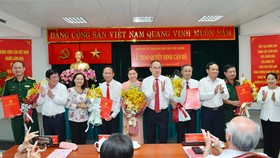 Bí thư Thành ủy TPHCM Nguyễn Thiện Nhân cùng các đồng chí lãnh đạo TP chúc mừng các đồng chí nhận quyết định. Ảnh: Việt Dũng