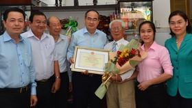 Bí thư Thành ủy TPHCM Nguyễn Thiện Nhân thăm, chúc thọ người cao tuổi tiêu biểu 90 tuổi