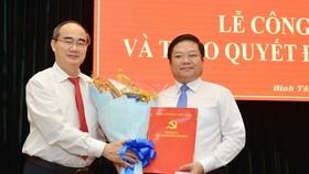 Bí thư TPHCM Nguyễn Thiện Nhân trao quyết định cho tân Bí thư Quận ủy Bình Tân
