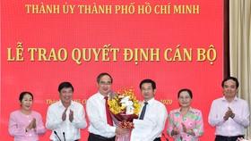 Bí thư Thành ủy TPHCM Nguyễn Thiện Nhân cùng các đồng chí lãnh đạo TP chúc mừng đồng chí Dương Ngọc Hải. Ảnh:VIỆT DŨNG
