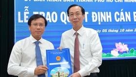 Phó Chủ tịch Thường trực UBND TPHCM Lê Thanh Liêm trao quyết định cho ông Nguyễn Minh Nhựt. Ảnh: VIỆT DŨNG