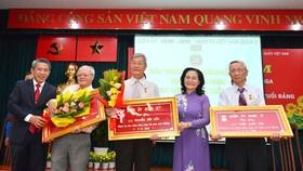 Chủ tịch HĐND TPHCM Nguyễn Thị Lệ trao Huy hiệu 60 năm tuổi Đảng cho các đảng viên. Ảnh: VIỆT DŨNG