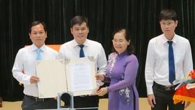 Chủ tịch HĐND TPHCM Nguyễn Thị Lệ trao Nghị quyết 1111 của Ủy ban Thường vụ Quốc hội tới lãnh đạo 3 phường 6, 7 và 8 (quận 3). Ảnh: KIỀU PHONG