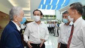 Bí thư Thành ủy TPHCM Nguyễn Văn Nên trao đổi cùng các đại biểu tại buổi Họp mặt cán bộ cao cấp nghỉ hưu trên địa bàn TPHCM, sáng 3-2-2021. Ảnh: VIỆT DŨNG