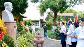 Bí thư Thành ủy TPHCM Nguyễn Văn Nên dâng hương tại Bệnh viện Chợ Quán. Ảnh: HOÀNG HÙNG