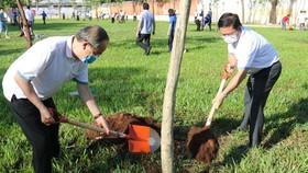 Nguyên Bí thư Thành ủy TPHCM Nguyễn Thiện Nhân (trái) và Bí thư Quận ủy quận Bình Tân Lê Văn Thinh tham gia trồng cây