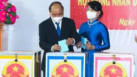 Chủ tịch nước Nguyễn Xuân Phúc và phu nhân bỏ phiếu bầu đại biểu Quốc hội (ĐBQH) khóa XV và ĐB HĐND các cấp nhiệm kỳ 2021-2026. Ảnh: VIỆT DŨNG