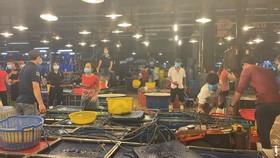 Hoạt động tại chợ đầu mối Bình Điền trước thời điểm tạm dừng. Ảnh: VĂN MINH