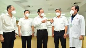 Bí thư Thành ủy TPHCM Nguyễn Văn Nên thăm Bệnh viện Hồi sức Covid-19