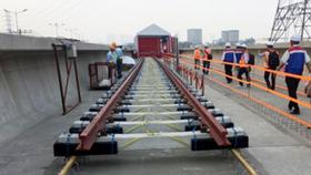 Đường ray tuyến metro số 1 Bến Thành - Suối Tiên bắt đầu được lắp đặt từ ngày 24-10-2017. Ảnh: QUỐC HÙNG