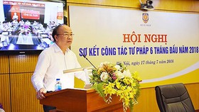 Thứ trưởng Bộ Tư pháp Phan Chí Hiếu báo cáo tại hội nghị