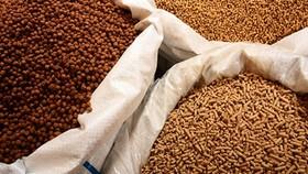 Thức ăn chăn nuôi, thủy sản có nguồn gốc thực vật được kiểm dịch, đồng thời kiểm tra bởi Cục Bảo vệ thực vật; thức ăn chăn nuôi, thủy sản có nguồn gốc động vật được kiểm dịch đồng thời kiểm tra bởi Cục Thú y