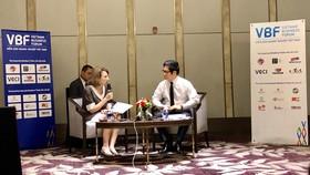 Bà Virginia B. Foote và ông Vũ Tiến Lộc, đồng Chủ tịch Diễn đàn chia sẻ thông tin với báo giới chiều 25-6