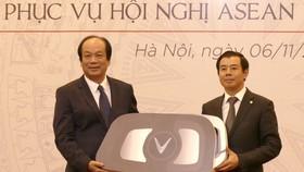 Bộ trưởng,Chủ nhiệm Văn phòng Chính phủ, Phó Chủ tịch Ủy ban Quốc gia ASEAN 2020 Mai Tiến Dũng  nhận biểu trưng chìa khoá xe VinFast từ ông Nguyễn Việt Quang, Phó Chủ tịch kiêm Tổng giám đốc Tập đoàn Vingroup