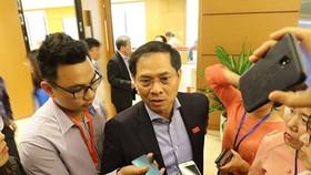 Thứ trưởng Bộ Ngoại giao Bùi Thanh Sơn trả lời phỏng vấn bên lề kỳ họp Quốc hội sáng 8-11